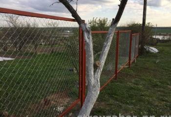забор из сетки рабицы в рамках